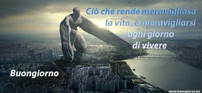 Una angelo gigante avvolge con le sue ali una città