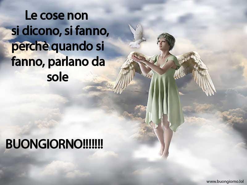 Un angelo che fa volare una colomba bianca su uno sfondo di nuvole