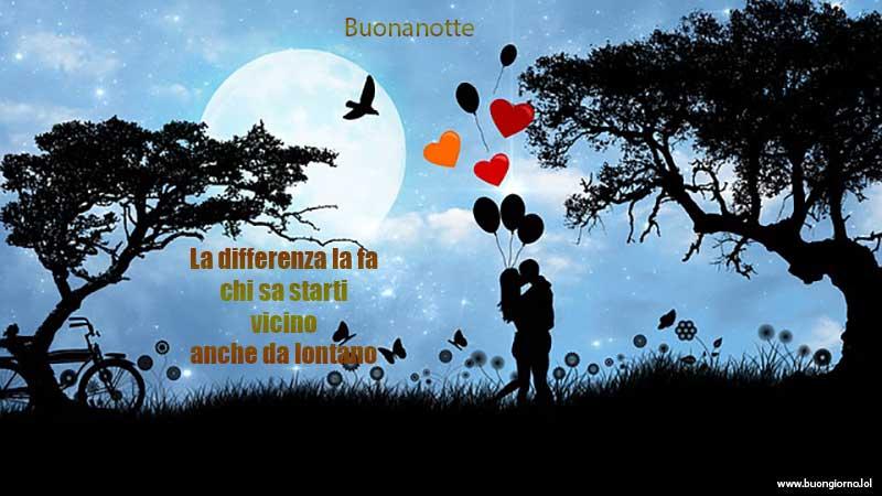 Una coppia si bacia sotto il chiaro di luna con dei palloncini a forma di cuore che volano