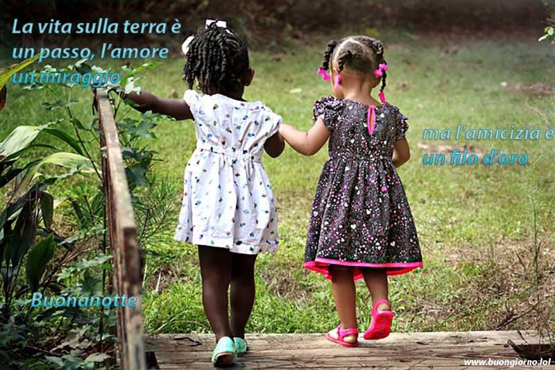 Due bambine stanno passeggiando tenendosi per mano