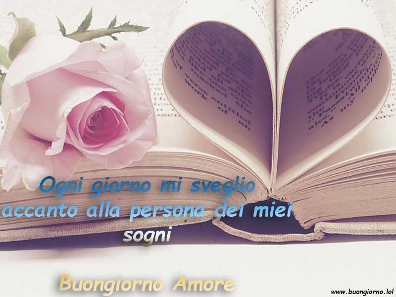 Un libro con le pagine a forma di cuore