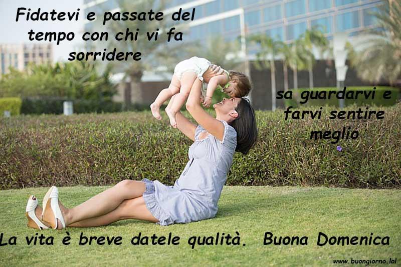Una madre tiene in braccio il figlio
