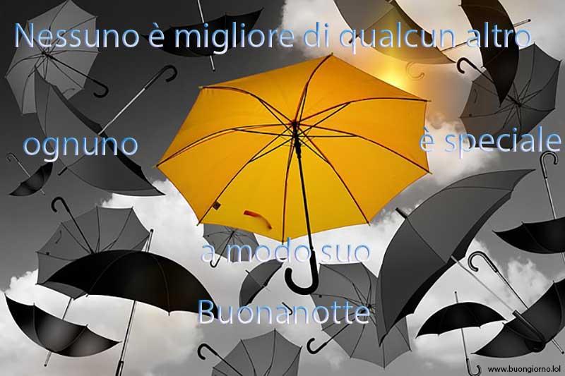 Serie di ombrelli che cadono dal cielo tutti dello stesso colore tranne uno diverso