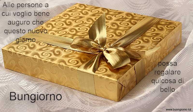 Pacchetto regalo dorato sopra un tavolo