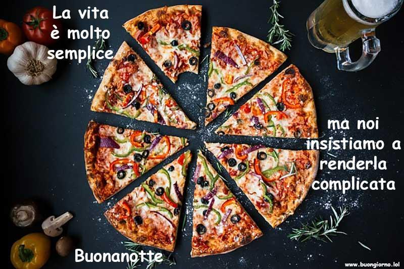 Una pizza divisa in fette uguali con una morsa e vicino altri vari condimenti