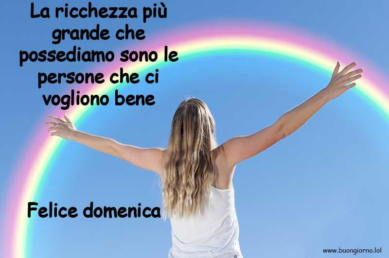 Ragazza abbraccia arcobaleno