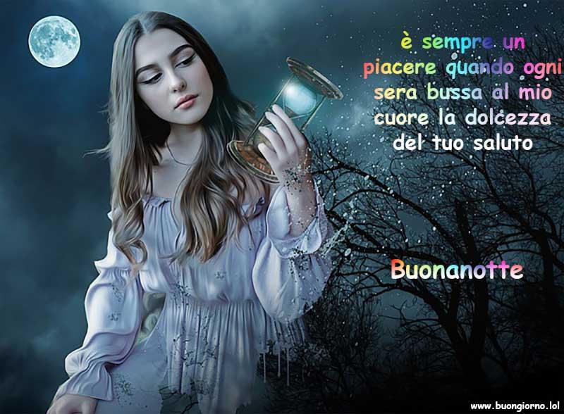 Una ragazza in primo piano di notte con in mano una clessidra e sullo sfondo una luna piena