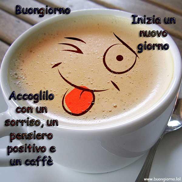 Una tazzina di caffè con disegnata una faccina buffa