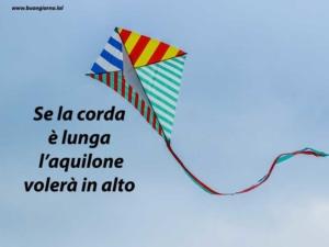 grande aquilone colorate che vola in cielo