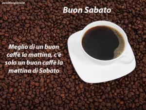 tazza con caffè sopra molti chicchi di caffè
