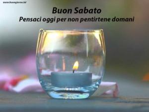 candela accesa dentro un bicchiere di vetro