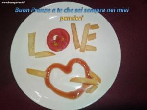 piatto con del cibo che forma un cuore e la scritta love