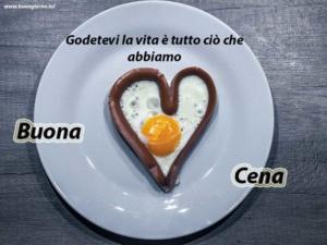 uovo su un piatto a forma di cuore