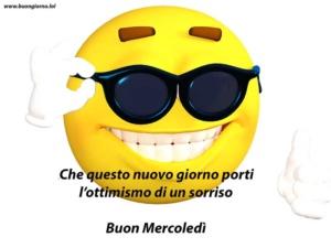 uno smile con degli occhiali da sole
