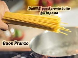 spaghetti presi in mano pronti per essere gettati nella pentola