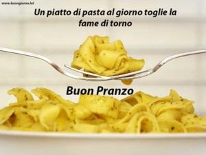 tagliatelle dentro un piatto in primo piano con sopra due forchette che si incontrano
