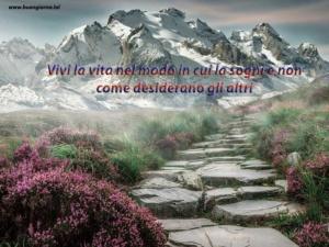 viale in pietra che si perde nelle montagne