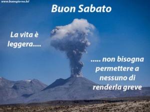 vulcano in lontananza erutta una nuvola di fumo