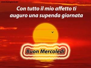 grande sole giallo sorge sopra un mare rosso