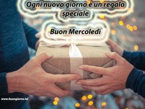 pacchetto regalo tra due mani